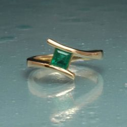 Princess swerve ring in gold and emerald